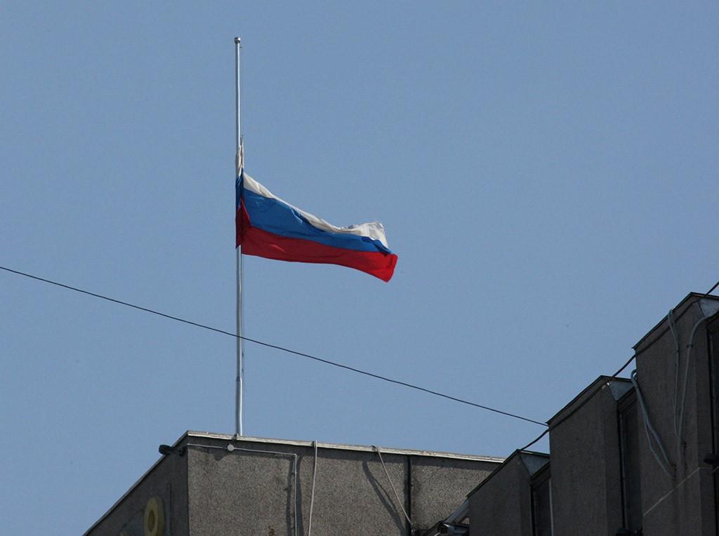 Приспущенный российский флаг
