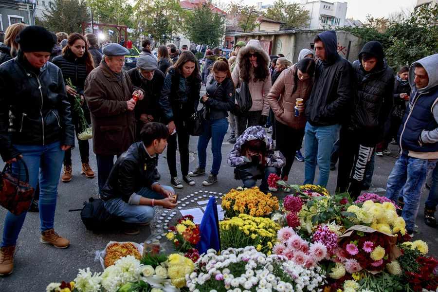 Родственники погибших при пожаре в Бухаресте