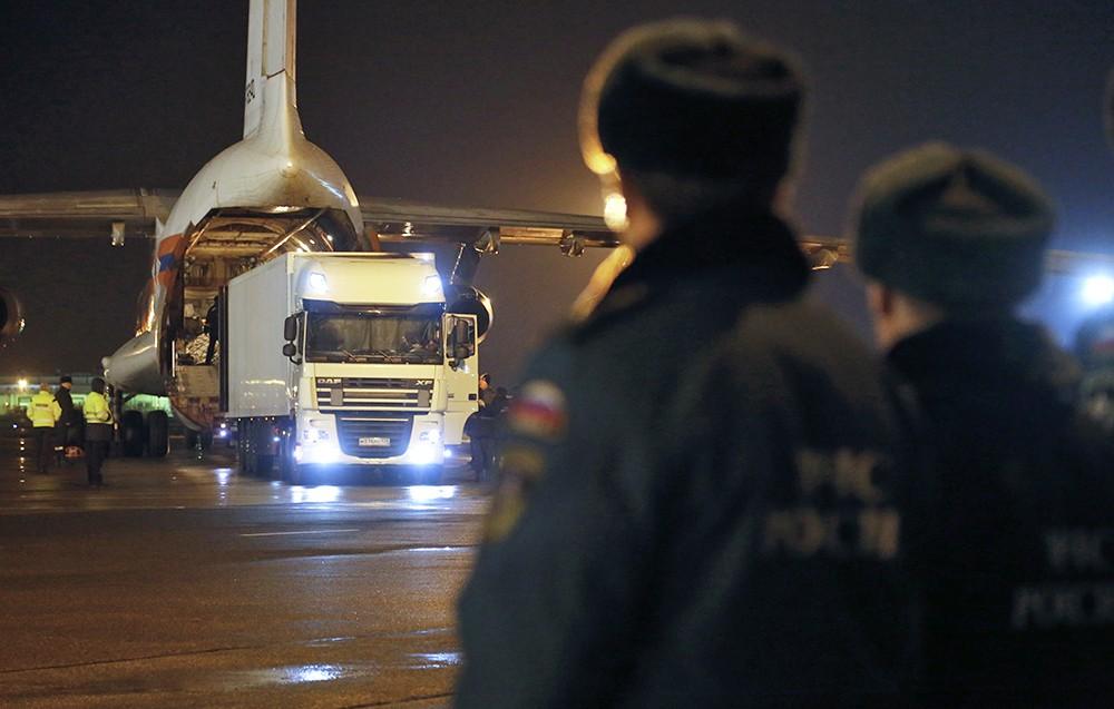 Первый автомобиль с телами погибших в авиакатастрофе A321 в Египте на взлетно-посадочной полосе аэропорта Пулково-2 в Санкт-Петербурге