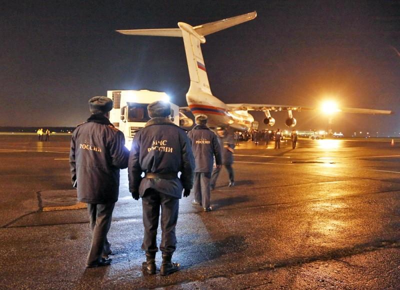 Сотрудники МЧС РФ встречают спецборт с телами погибших в авиакатастрофе A321 в Египте