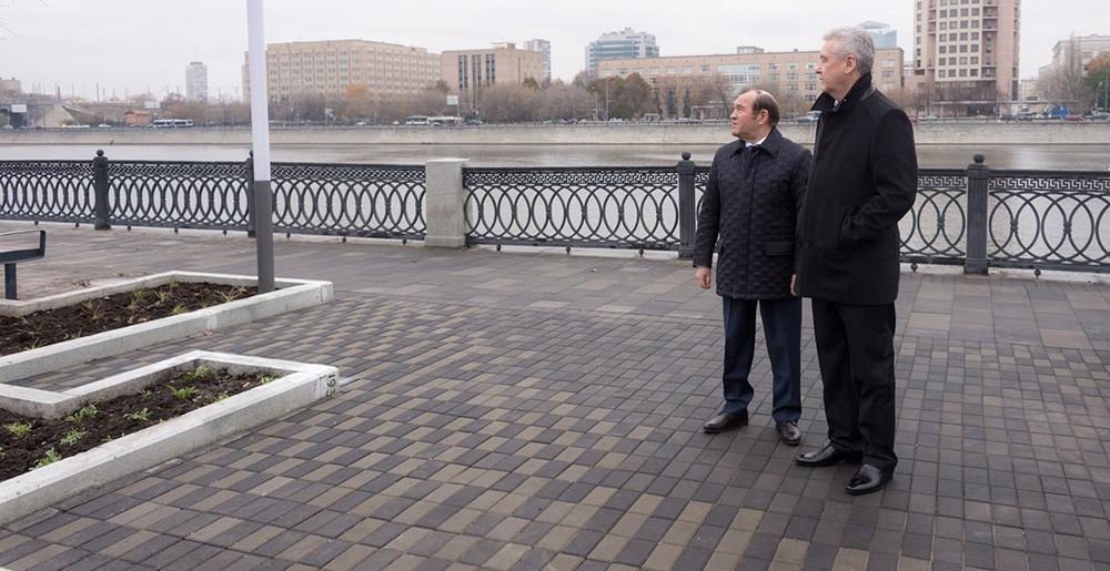 Сергей Собянин и Пётр Бирюков на набережной