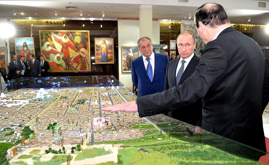 Владимир Путин осмотрел выставку посвящённую 2000-летию Дербента