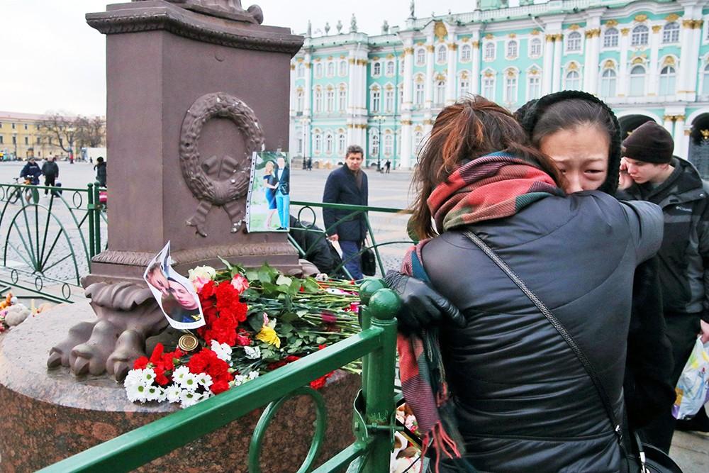 Родственники погибших в авиакатастрофе Airbus-321 в Египте на Дворцовой площади в Санкт-Петербурге