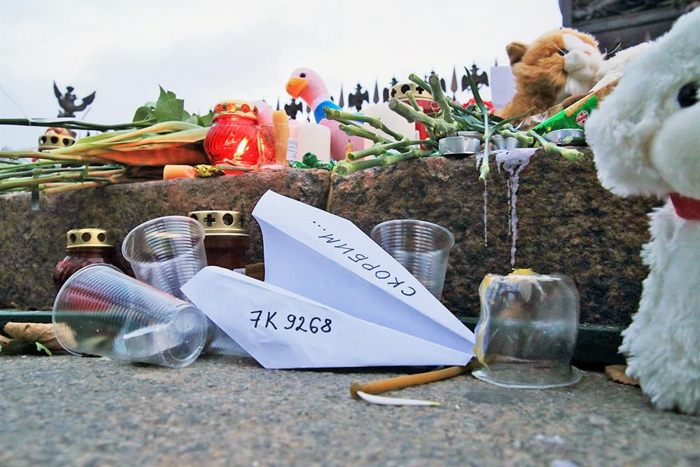 Цветы и свечи в память о жертвах авиакатастрофы