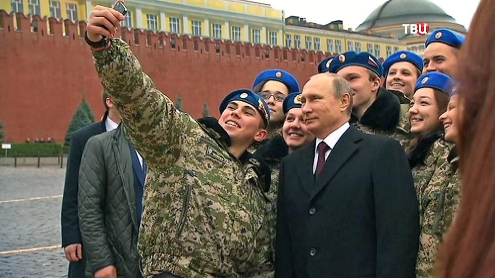Президент России Владимир Путин фотографируется с курсантами