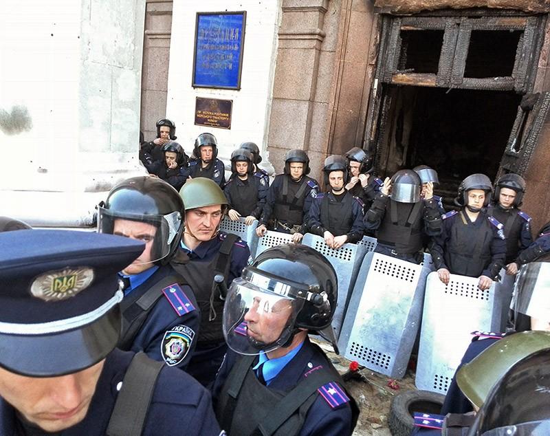 Сотрудники милиции у здания Дома профсоюзов в Одессе