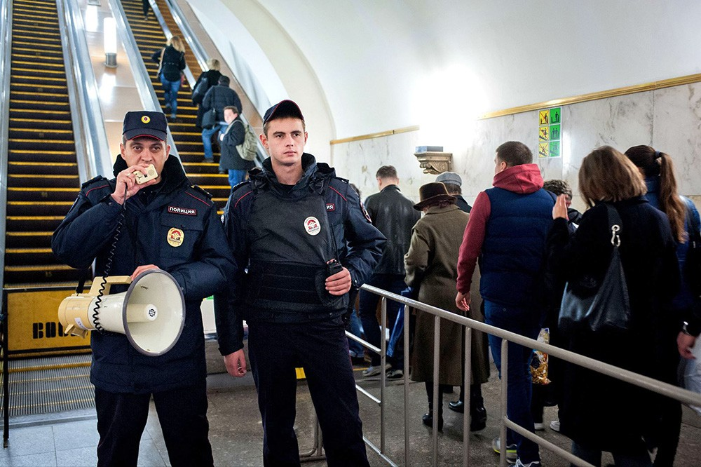 Сотудники полиции в метро