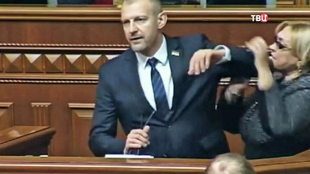 Потасовка между депутатами Верховной Рады Украины