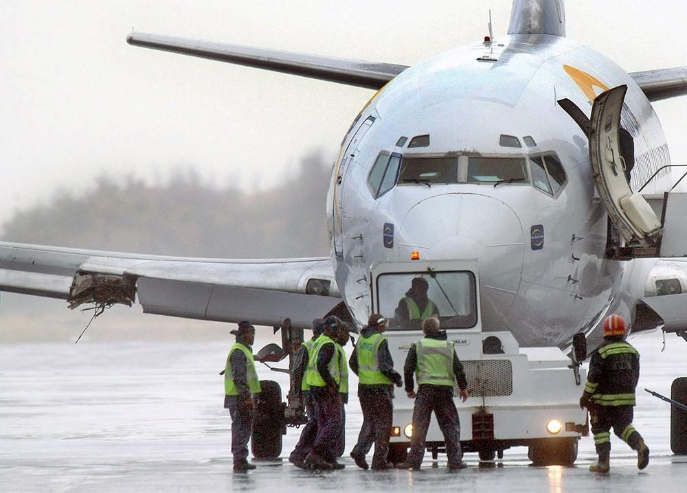 Работники аэродрома возле самолёта Boeing-737
