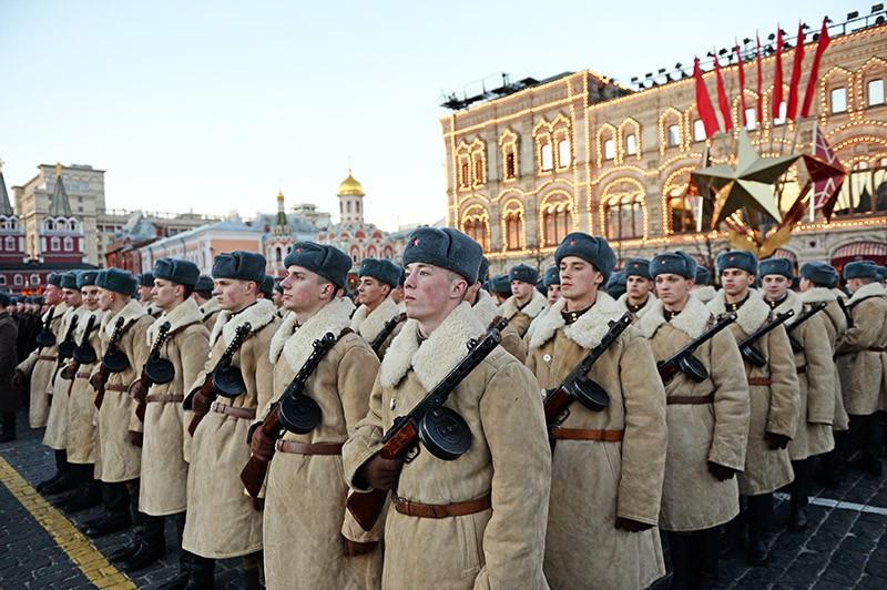 Военнослужащие на Красной площади в Москве во время репетиции торжественного марша, посвященного параду 7 ноября 1941 года