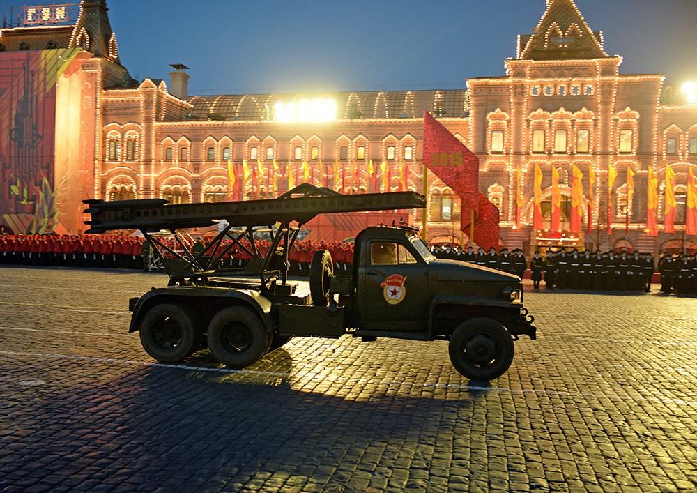 Военная техника времен Великой Отечественной войны на Красной площади в Москве во время репетиции торжественного марша, посвященного параду 7 ноября 1941 года