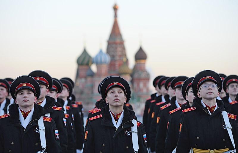 Курсанты военных училищ на Красной площади в Москве перед началом репетиции торжественного марша, посвященного параду 7 ноября 1941 года
