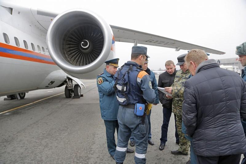 Сотрудники МЧС России возле самолёта
