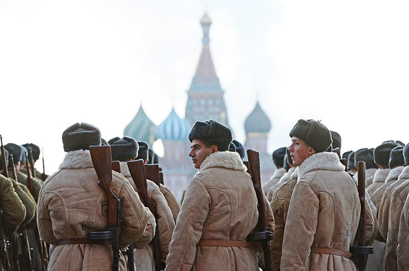 Участники торжественного марша, посвященного легендарному параду 7 ноября 1941 года, на Красной площади