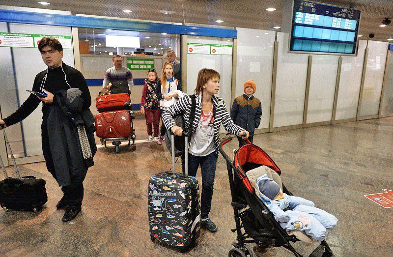 """Пассажиры, покидающие зону таможенного контроля в аэропорту """"Шереметьево"""" в Москве"""