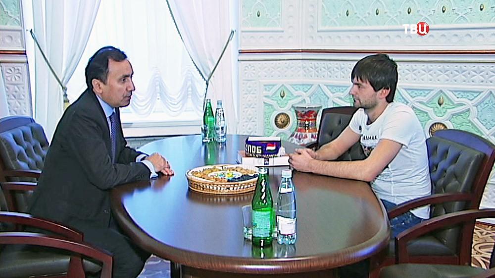 Чрезвычайный и полномочный посол республики Таджикистан в РФ Имоммудин Саттаров и таксист Забехулло Шафъезода