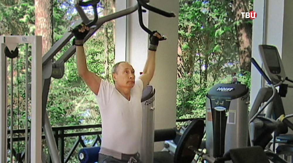 Владимир Путин занимается на тренажере