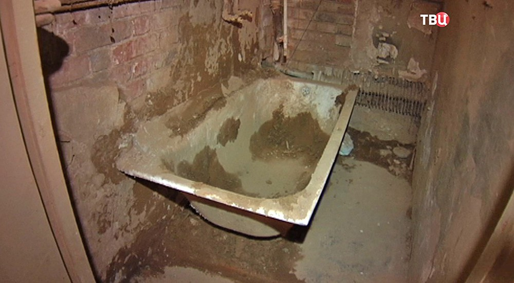 Ванна в разрушенном доме