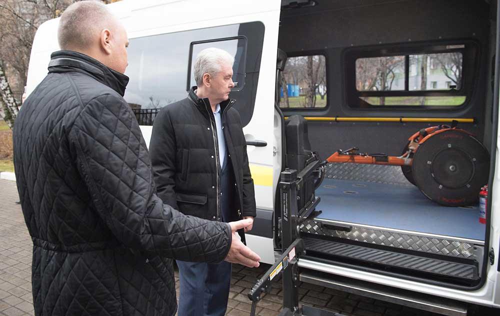 Сергей Собянин осмотрел автомобили для инвалидов
