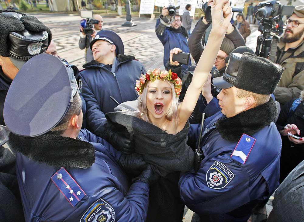 Украинская полиция задерживает активисток движения FEMEN