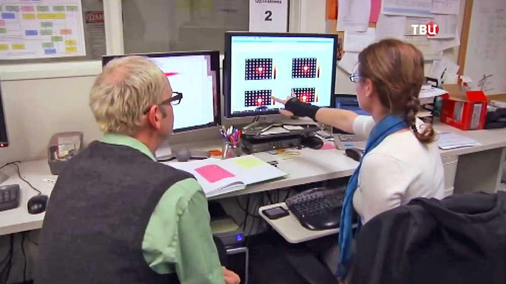 Астрономы изучают снимки с телескопа
