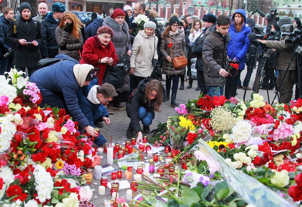 Москвичи возлагают цветы к посольству Франции в Москве в память о погибших в результате серии террористических актов в Париже