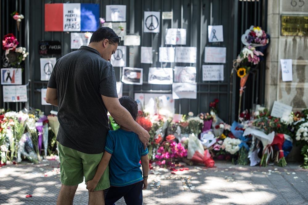 Траур по погибшим в результате серии террористических актов в Париже