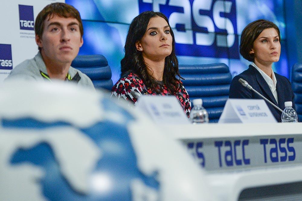 Сергей Шубенков, Елена Исинбаева, Анна Чичерова (слева направо) на пресс-конференции членов российской сборной по легкой атлетике