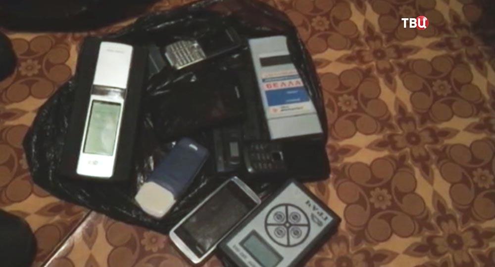Изъятые сотовые телефоны и дозиметры