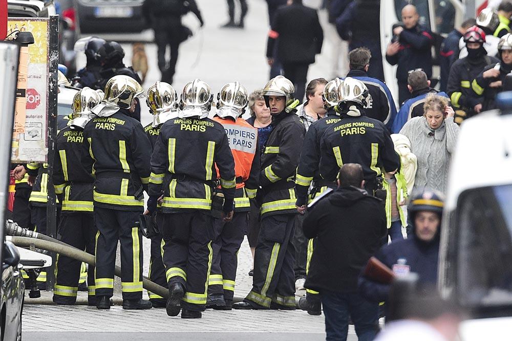 Пожарные и полиция на месте спецоперации в Париже