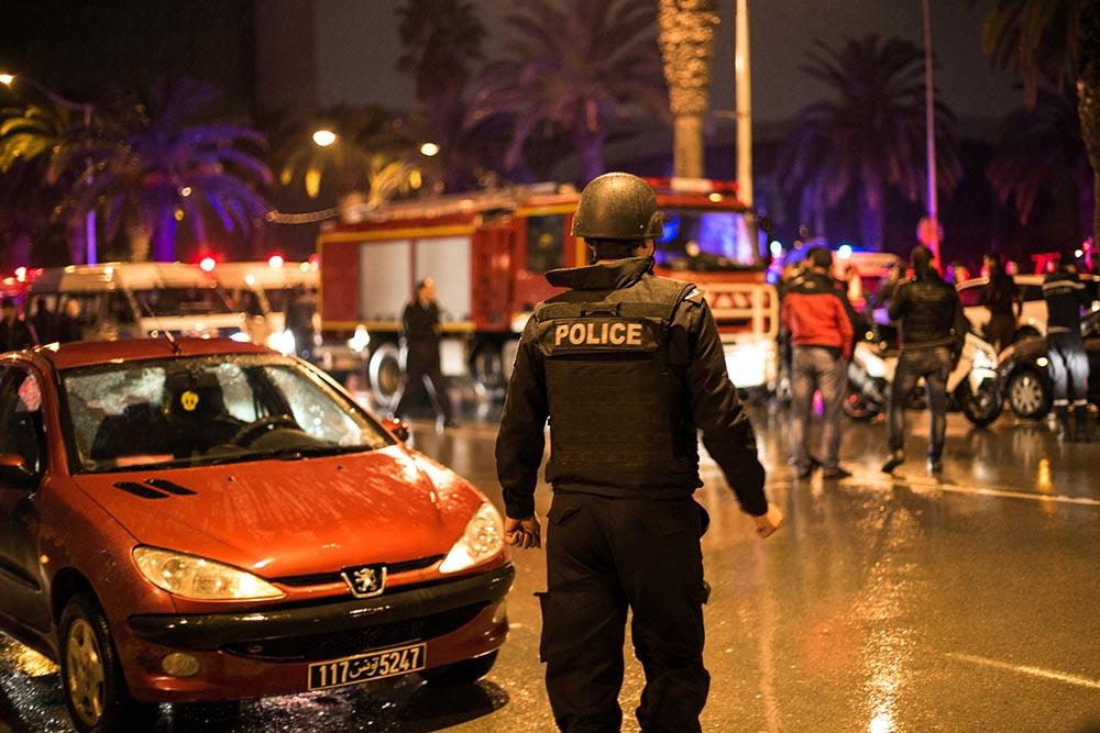 Полицейский перекрывает дорогу, ведущую к месту взрыва