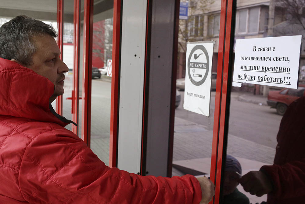 Мужчина у дверей не работающего магазина в Симферополе
