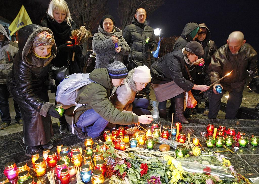 Цветы и свечи у мемориала жертв Голодомора в Киеве