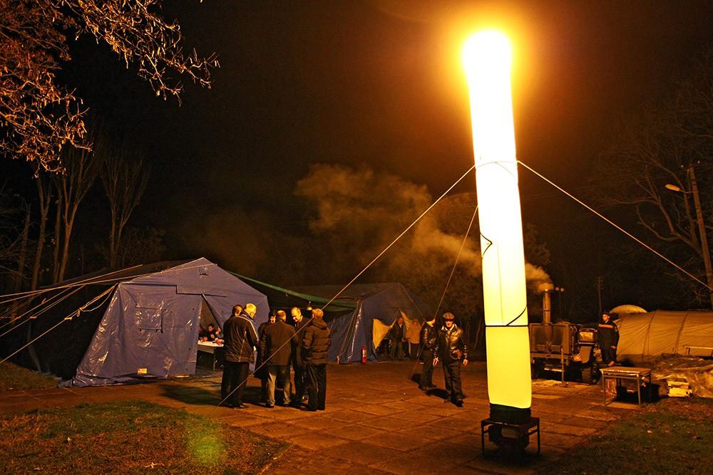 Установленная сотрудниками МЧС световая башня во время отключения электричества в Крыму