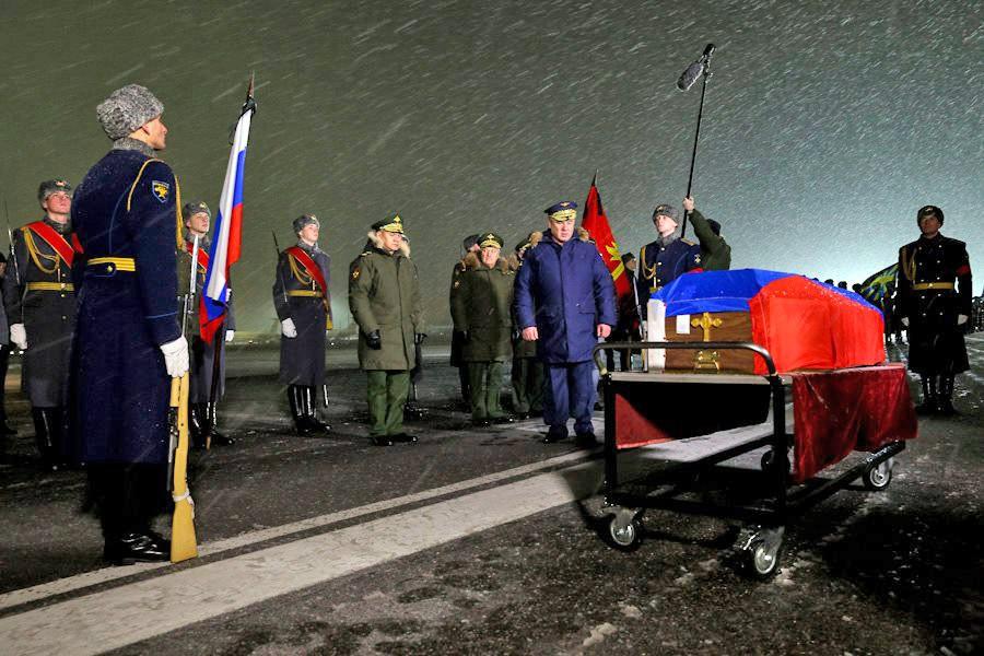 На военный аэродром Чкаловский доставили погибшего Героя Российской Федерации, командира экипажа Су-24 подполковника Олега Пешкова
