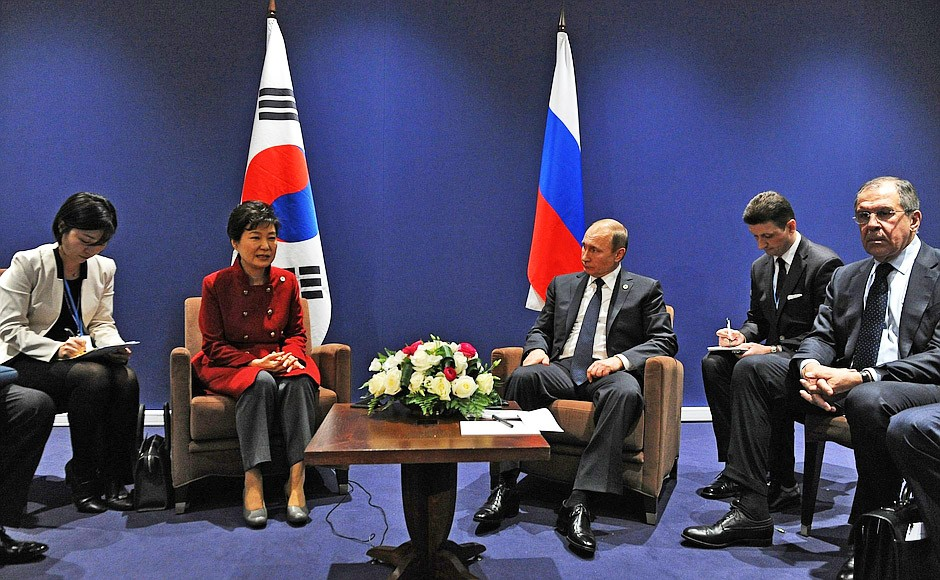 Президент России Владимир Путин и президент Республики Корея Пак Кын Хе