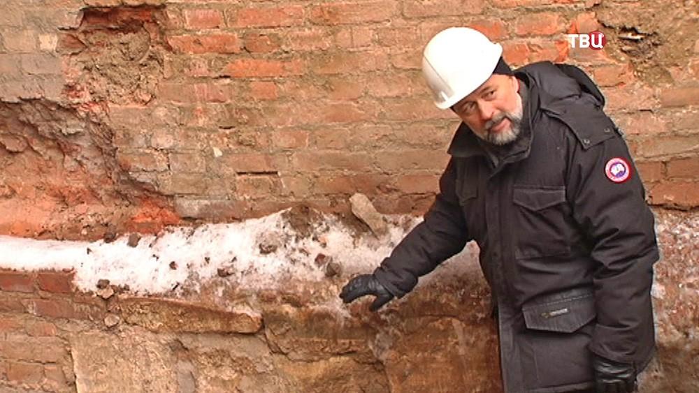 Заведующий отделом средневековой археологии института археологии РАН Владимир Коваль разглядывает камень найденный на реконструкции Кремля