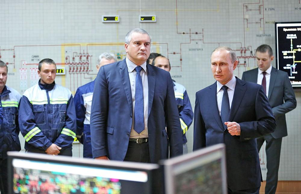 Президент России Владимир Путин и глава республики Крым Сергей Аксёнов во время запуска подачи электроинергии для Крыма