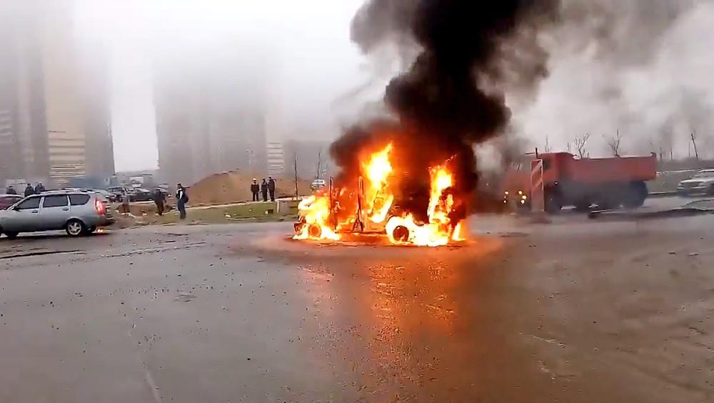 Горящая машина полиции после перестрелки в Санкт-Петербурге