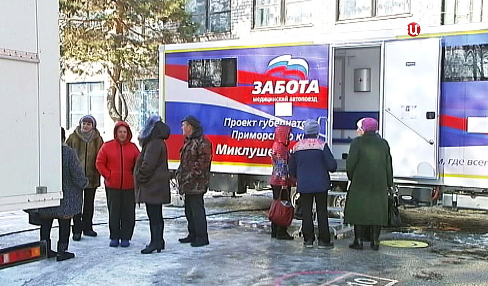 Жители посёлка возле мобильной поликлиники