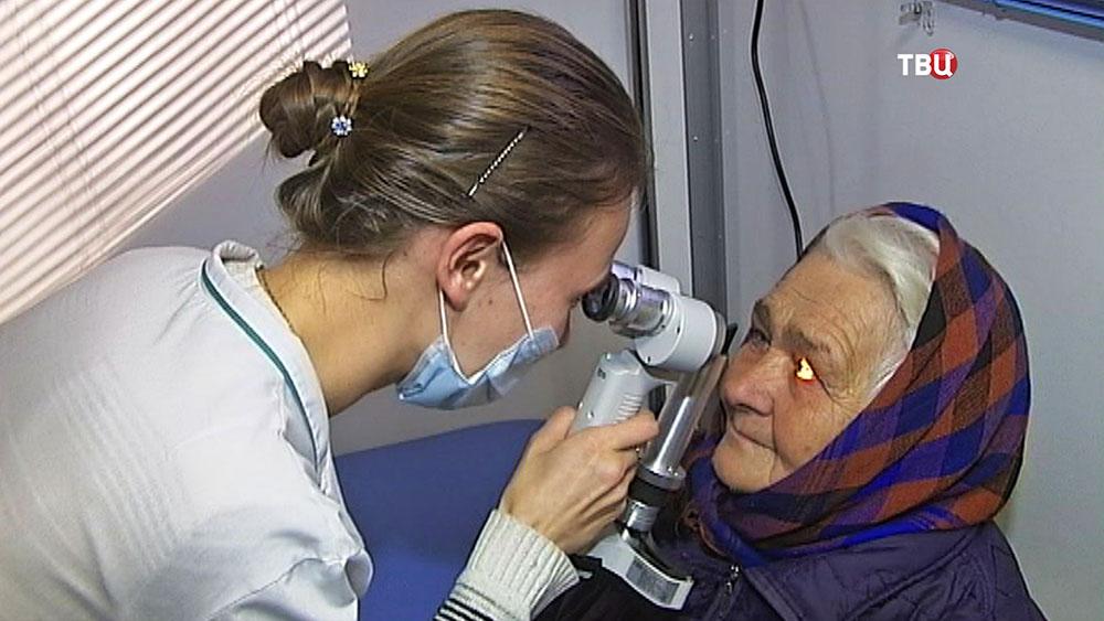 Врач-овтальмолог обследует пациента