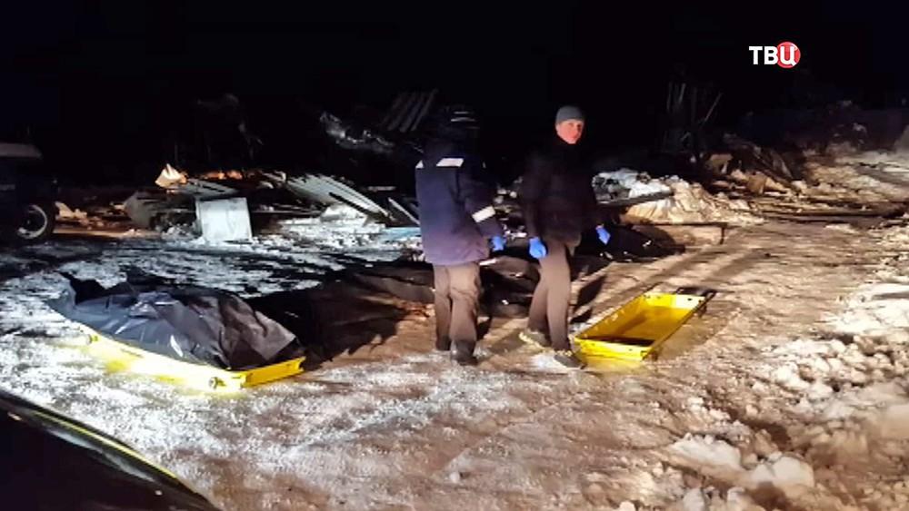 Следственные действии на месте возгорания в бане, где погибли подростки