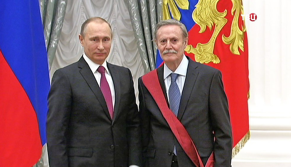 Президент России Владимир Путин и худрук Малого театра Юрий Соломин