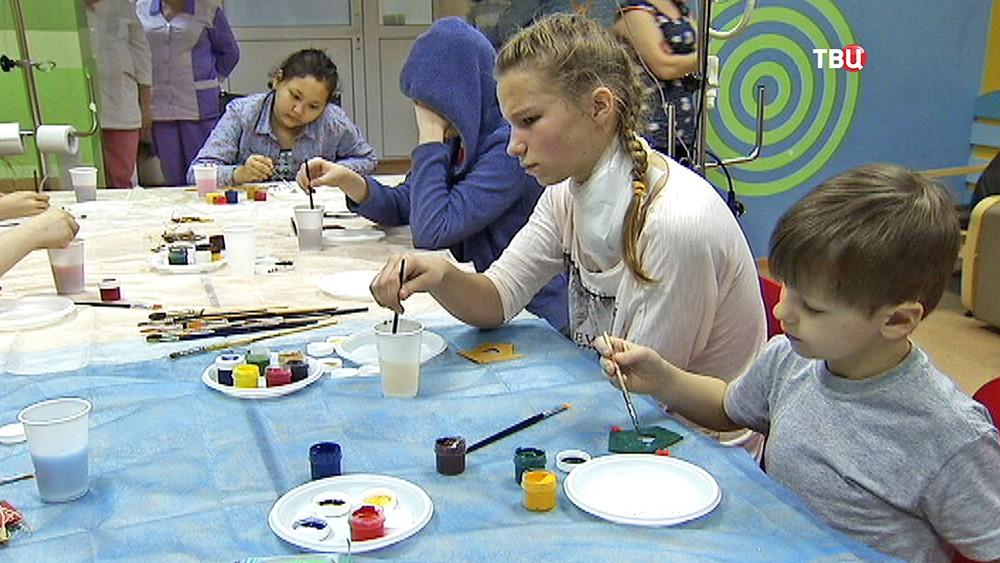 Пациентам детского онкоцентра делают новогодние игрушки