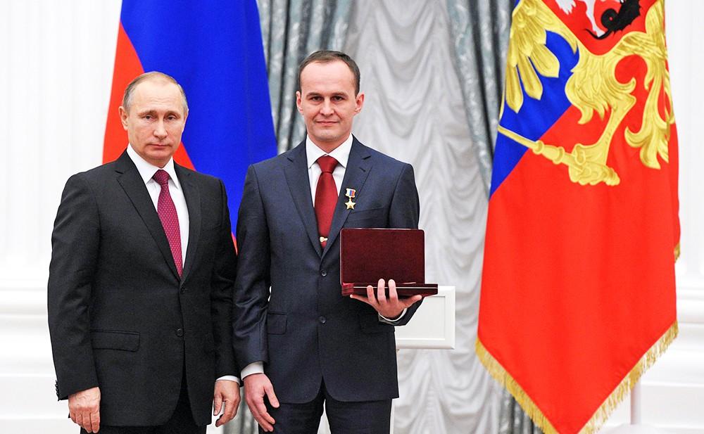 Президент России Владимир Путин и космонавт-испытатель Сергей Рязанский