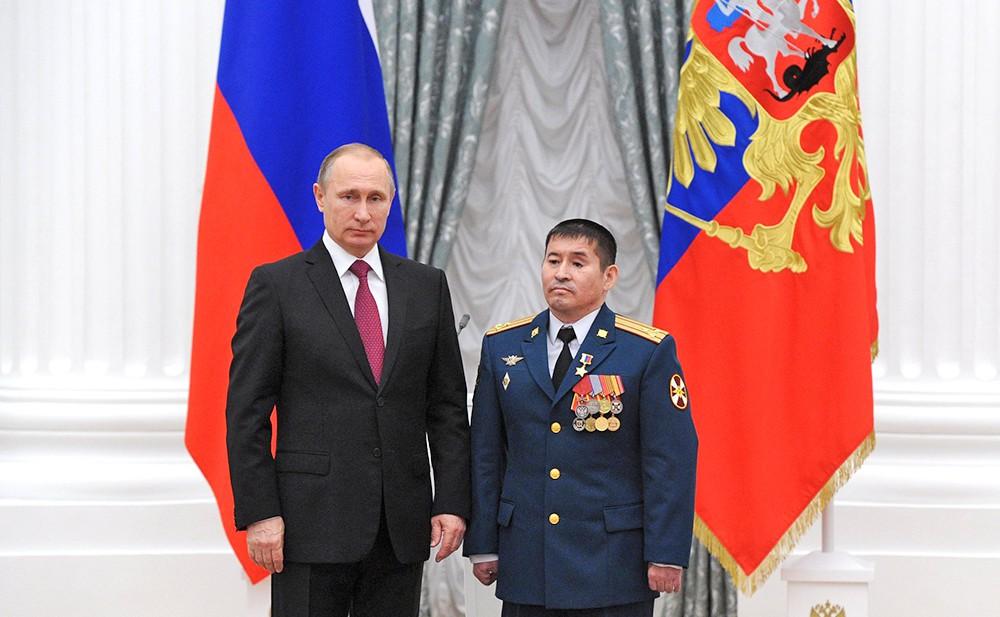 Президент России Владимир Путин и полковник Серик Султангабиев