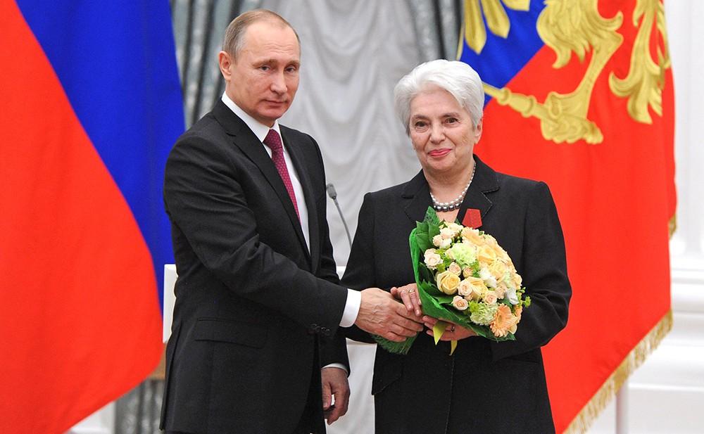 Президент России Владимир Путин и Наталья Солженицына, президент Русского благотворительного фонда Александра Солженицына