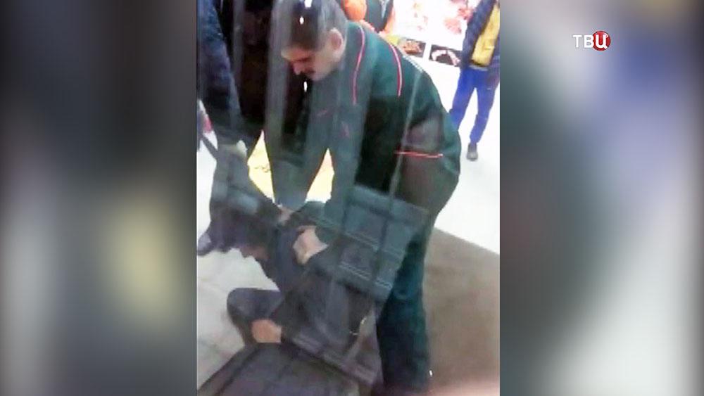 Охранники супермаркета в Воронеже избивают посетителя