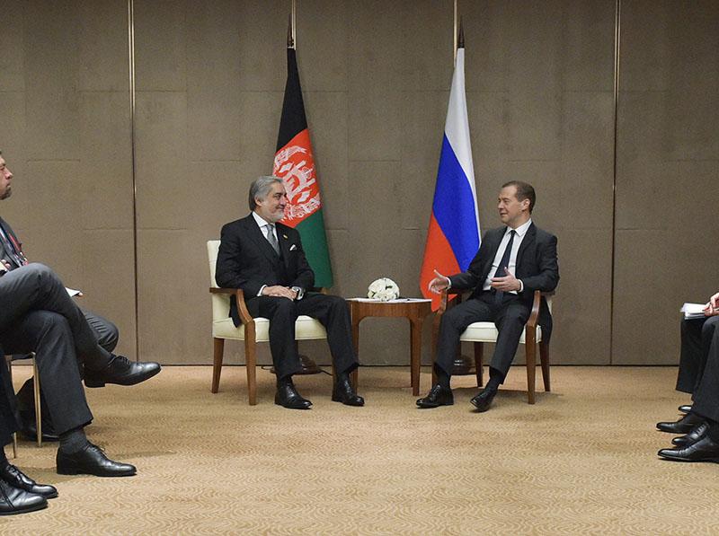 Председатель правительства РФ Дмитрий Медведев и главное исполнительное лицо Исламской Республики Афганистан Абдулла Абдулла во время встречи в Чжэнчжоу