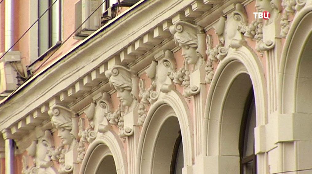 Барельеф древнеримского бога Меркурия на здании купца Кузнецова